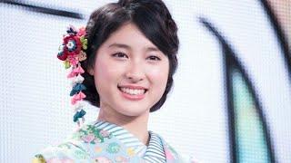 女優の土屋太鳳が8月13日、ドラマの共演者と一緒にはしゃいでいる様子を...
