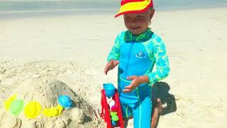 Кирилл и папа весело играют на пляже   Видео для детей