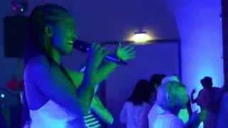 Miss Kavila & DJ mit Live Vocals und Saxophon