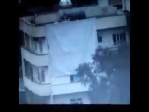 Töreristlerin bulunduğu binanın havaya uçma anı (Uçan Heval İçerir)