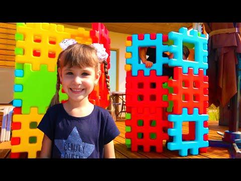 видео: Ариша играет с разноцветным конструктором Toy Building blocks