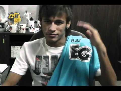 Neymar Jr. presenteia Guga com camisa do Santos FC