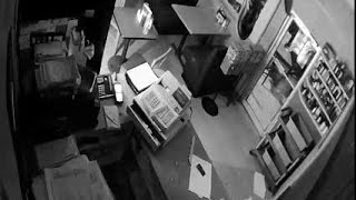 Man breaks into restaurant through roof(Surveillance footage shows the suspect breaking into Johnny's Pizza., 2016-08-30T20:34:42.000Z)