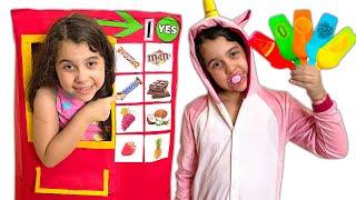 SARAH FINGE BRINCAR DE VENDER SORVETE  - Sarah Pretend Play Selling Ice Cream