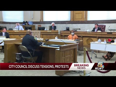 Cincinnati council members give Police Chief Eliot Isaac standing ovation for protest response