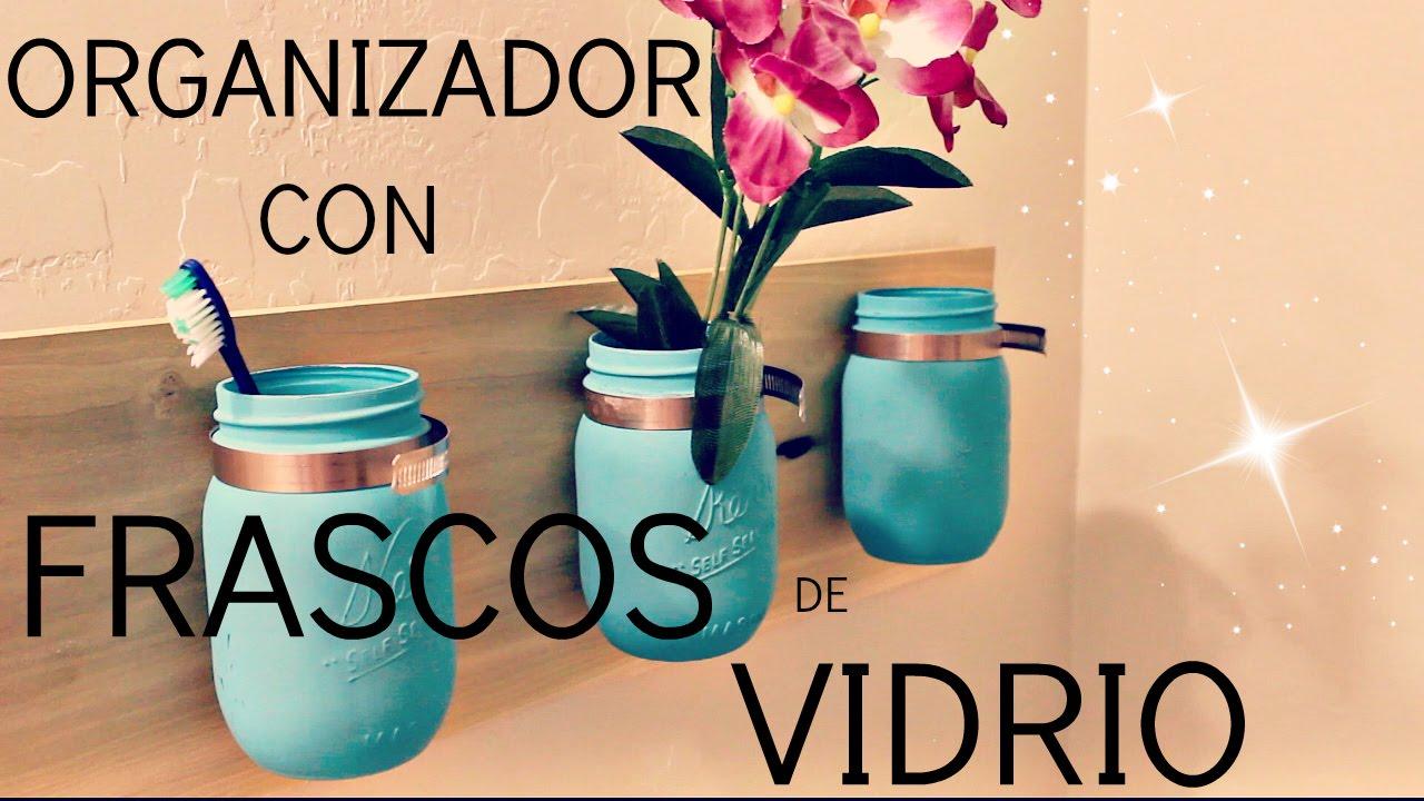 organizador con frascos de vidrio