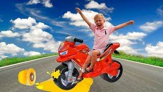 Мальчик на байке наехал колесом на Слайм и поехал на автомойку. Видео для детей