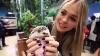 Анна Хилькевич кормит зверей в зоопарке