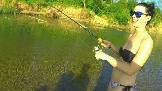 Вот это жена. Девушка ловит на спиннинг. Рыбалка на реке