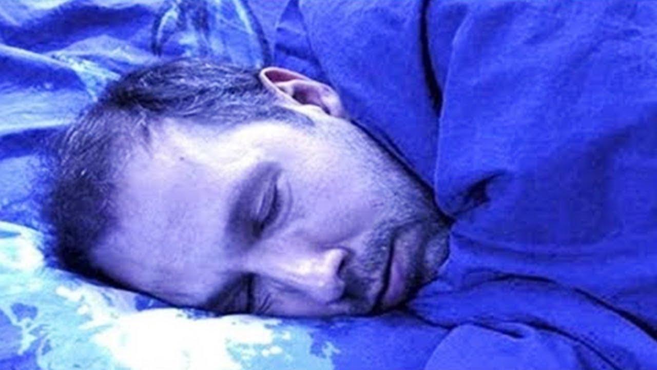 أغلق الضوء وذهب إلى السرير   فجأة ، في منتصف الليل ، انزلق شيء ناعم على خده !!