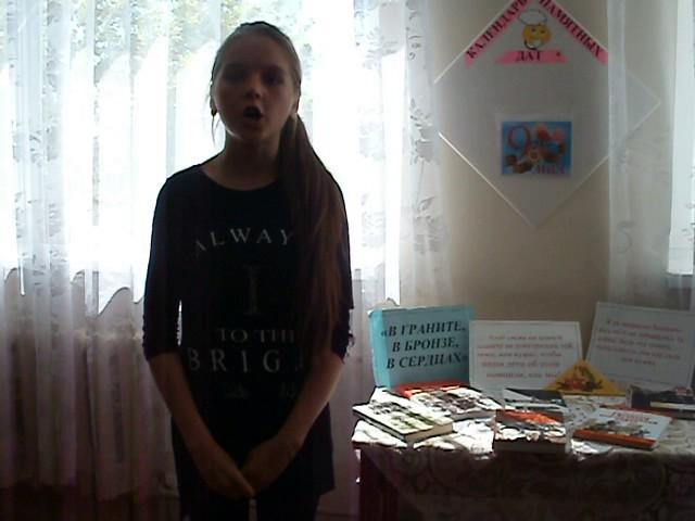 Изображение предпросмотра прочтения – АннаЧеповская читает произведение «Стоят вдвоем у обелиска»