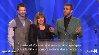 Chris Evans, Scott Evans, and Mom at the glaadawards - Legendado