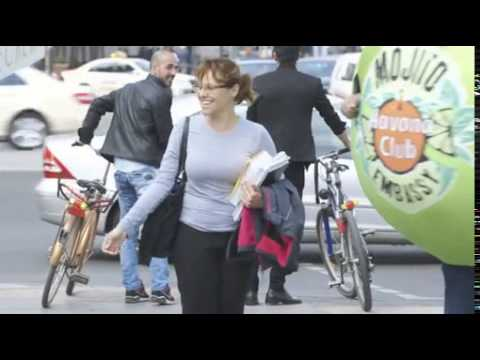 Quetschfreies Leben / Lebensgroße Limetten demonstrieren in Berlin für den echten kubanischen Mojito