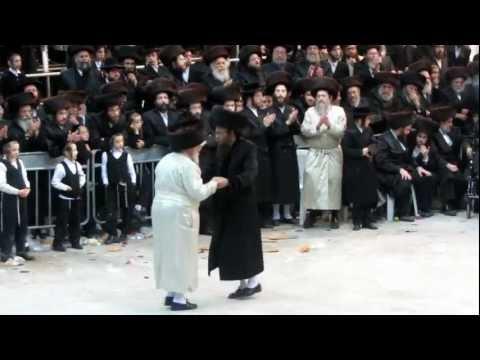 Lubavitcher Bochurem At The Satmar Rebbe S Tish Part1 2