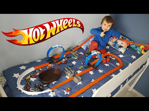 HOT WHEELS IN THE BED!! Track Builder System Car Race HotWheels Racing Toy Cars