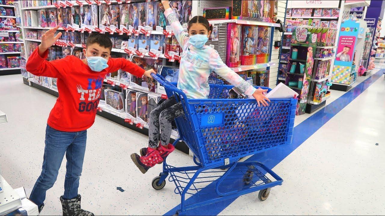 खिलौने आर यूएस स्टोर में खिलौना के लिए खरीदारी | Heidi & Zidane