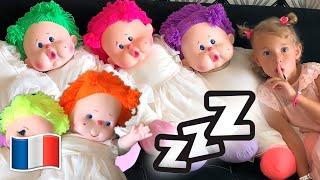 Cinq Enfants jouent avec des poupées habillent et maquillent des jouets
