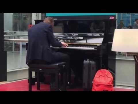 Carl Le Pianiste - Sous les étoiles (French pianist ; stations in Paris) Gares Parisiennes