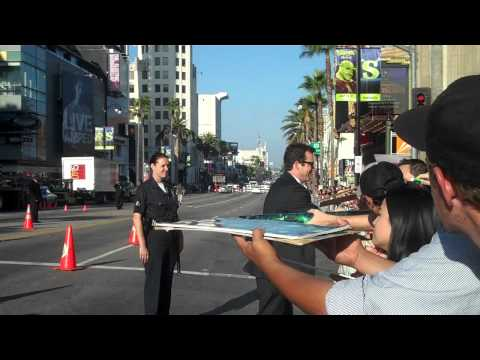 jon tenney signing autographs at premiere of green lantern