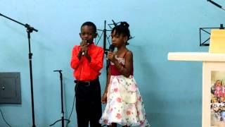 Lenz Gregory e Stessy cantando Grandioso és Tú da Harpa Cristã