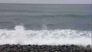 石がぶつかり合う音がします 波が高いのでなおさらすごい音が アニメ「琴浦さん」の提供画面やCMでも出ました.