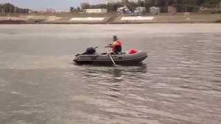 На веслах ПВХ лодка идет против течения. Город Уфа, река Белая.