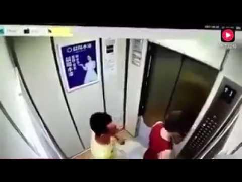 Hati - hati  kalau berada dalam lift