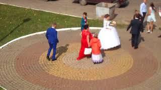 Свадьба, жених и невеста фотографируются возле моста, город Орёл