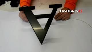 Fixation des lettres relief à leds avec des tiges filetées