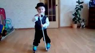Самый юный танцор на роликовых коньках