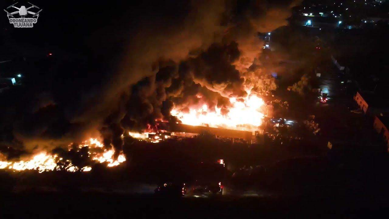 Enorme incendio en planta recicladora