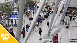 Coronavirus - Lange Schlange vor dem Testzentrum am Flughafen Düsseldorf