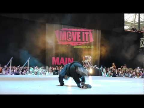 Akai performs moves from Shake It Up at Move It dance event!