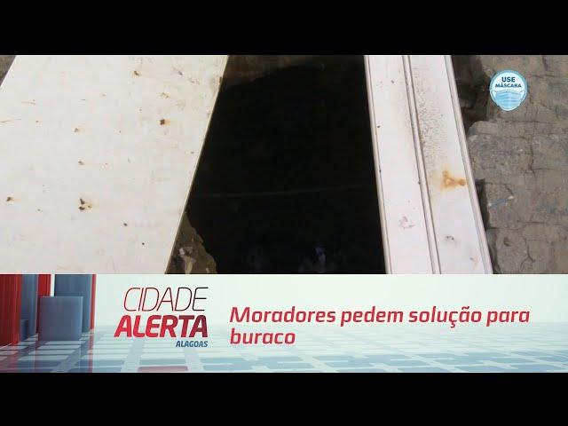 Moradores pedem solução para buraco no bairro do Jacintinho