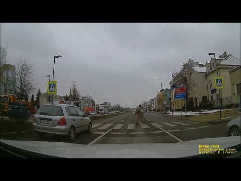 Warszawa. Policja przejeżdża pas zieleni i...