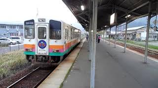 黄昏時の宮内駅(山形鉄道フラワ長井線)に到着する上り列車