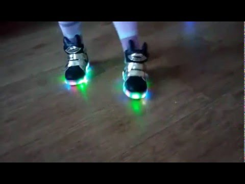 Фирменные кроссовки для детей в официальном интернет магазине. Большой выбор цветов и моделей по лучшей цене. Доставка по россии.