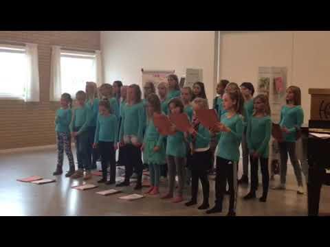 Helsinge Realskole kor 2 synger for pensionisterne