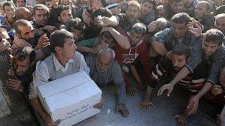 شاهد.. اندفاع أهالي الموصل على شاحنة مساعدات غذائية عقب تخليصهم من داعش