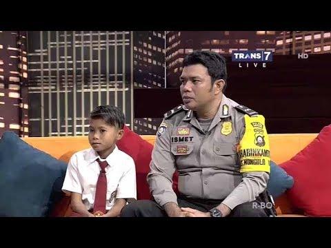 POLISI Terpuji, Sebrangkan Anak SD di atas sungai - Hitam PUtih 13 September 2017