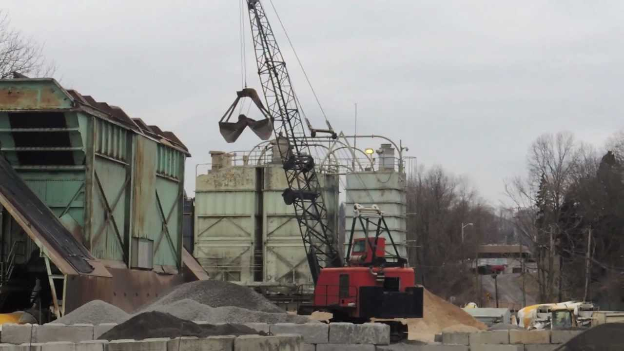 Northwest 9570 Loading Sand With Clamshell Bucket