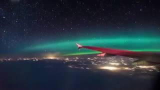 """""""فيديو"""" شاهد راكب طائرة محظوظ استطاع أن يرصد مشهد رائع للشفق القطبي"""