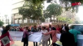 طلاب معهد التمريض يقطعون الطريق أمام مجلس الوزراء للمطالبة بالترخيص
