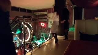 Танцуют девочки в кафе винтаж Йошкар-Ола