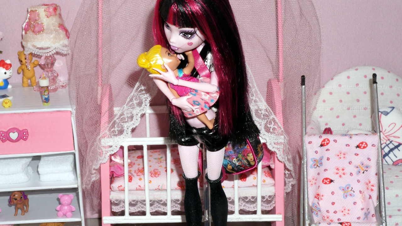 Monster High Draculaura In The Babysitter Vampire Stop