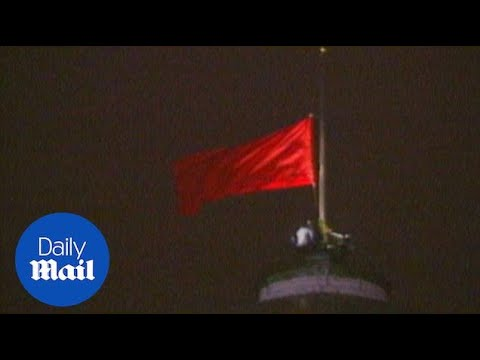 Last Soviet Union hammer and sickle flag is taken down in 1991 - Daily Mail