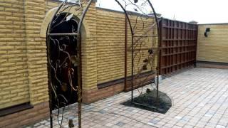 Красивая кованая арка перед калиткой, арка перед входом в дом ковка во дворе