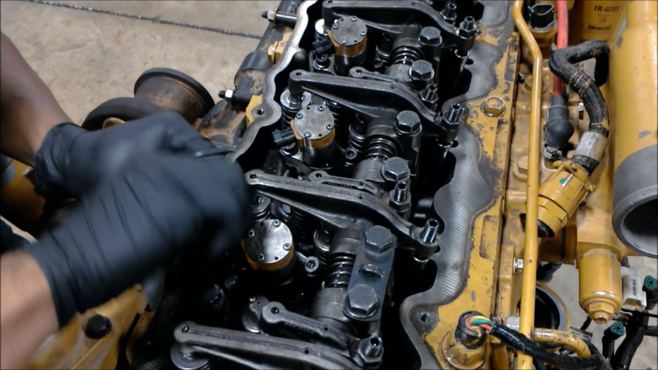 Removal and installation of a fuel injector