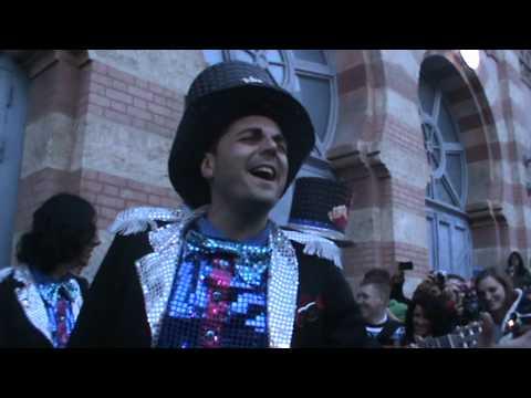 Antonio Moncada cantando la presentacíon de