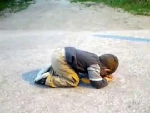 Ankara sokaklarında namaz kılan 2 yaşındaki çocuğumuz